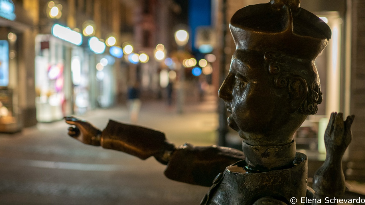 Nachtaufnahme einer Puppe des Aachener Puppenbrunnens